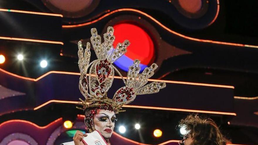 El alcalde coloca la cinta de ganadora a Drag Sethlas '¡Mi cielo yo no hago milagros. Que sea lo que Dios quiera'. EFE/Elvira Urquijo