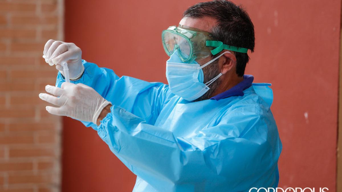 Un sanitario realiza una prueba de Covid19.
