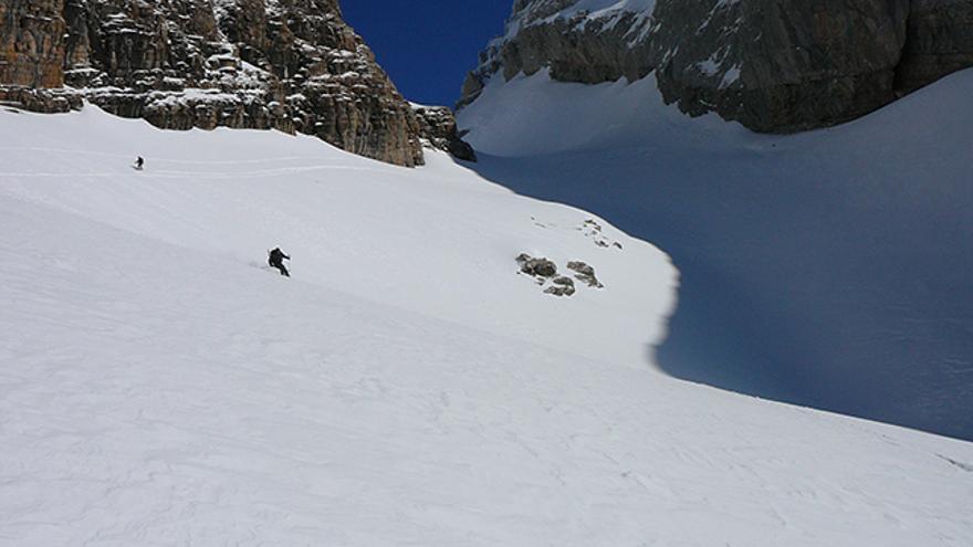 """Disfrutando de la nieve primavera en el Sol, tras esquiar el """"powder"""" de la sombra."""