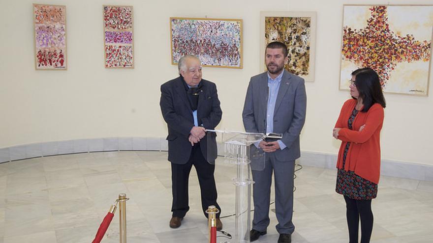 Manolo Sánchez, a la izquierda, durante la inauguración de la muestra