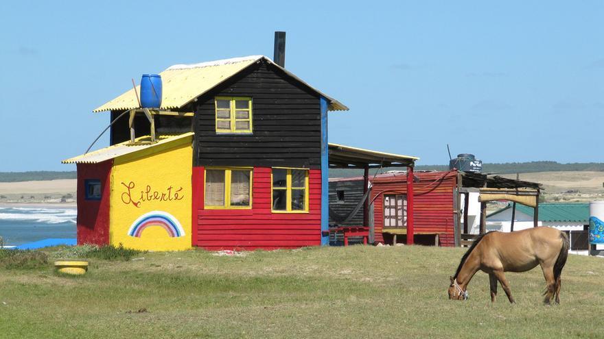 Casa multicolor en Cabo Polonio, la playa más codiciada por los mochileros en Uruguay. iAudioguide