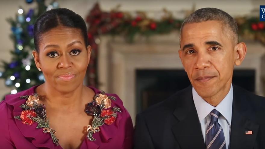 Barack y Michelle Obama durante su octavo y último discurso de Navidad en la Casa Blanca