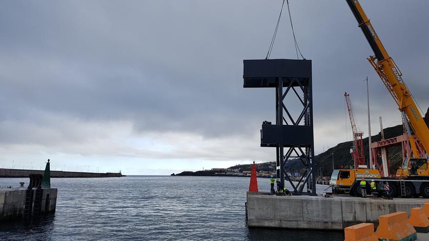 En la imagen, un momento de los trabajos de colocación, este lunes, de una de las dos torres de las dos grandes compuertas que se instalarán en la bocana de la marina del Puerto de Santa Cruz de La Palma.