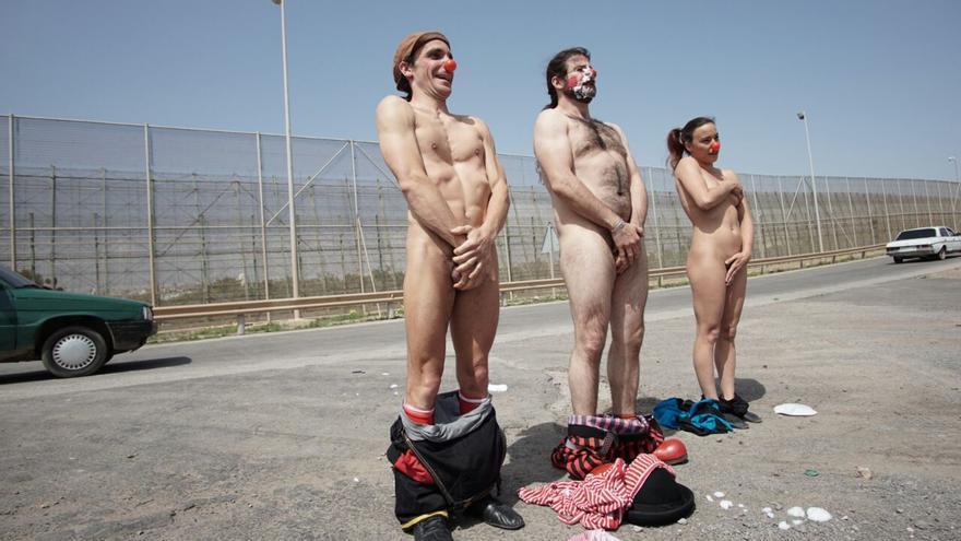 Tres integrantes de Pallasos en Rebeldía se desnudan frente a la valla de Melilla/ Carlos Cazurro