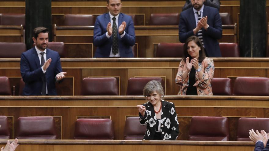 María Luisa Carcedo recibe los aplausos del PSOE y Podemos tras su intervención en el debate.