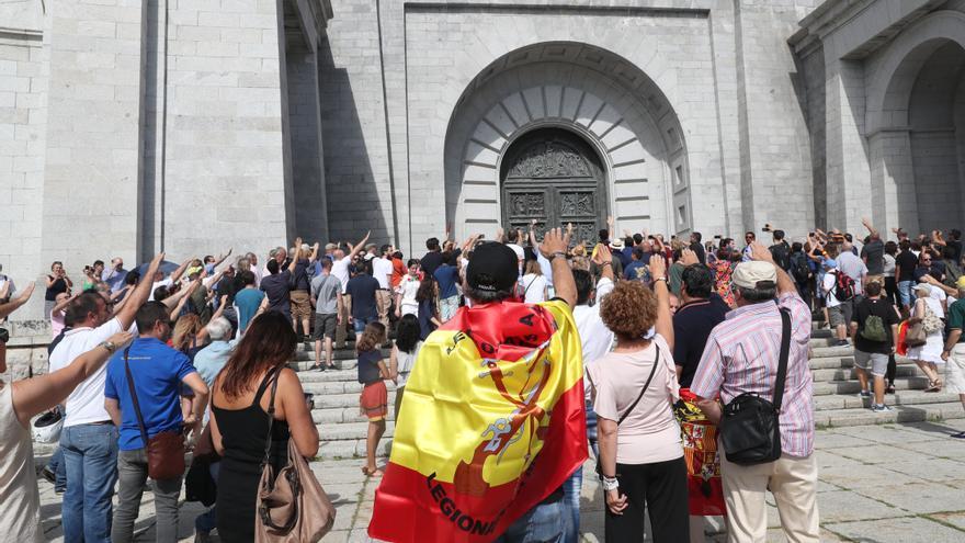 Saludo fascista en el Valle de los Caídos, durante una jornada de oración organizada por la Fundación Francisco Franco, el verano pasado.