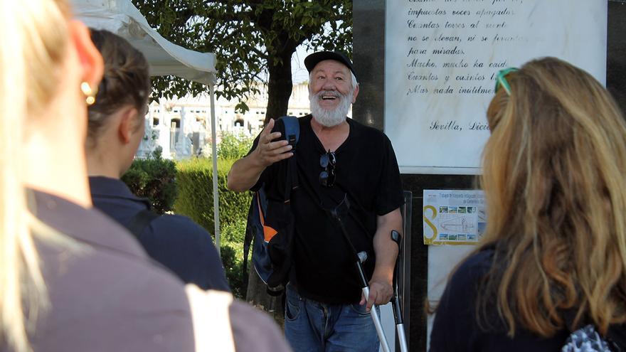 Cecilio Gordillo, durante la visita de un instituto de Suecia a las fosas comunes del cementerio de Sevilla.   JUAN MIGUEL BAQUERO