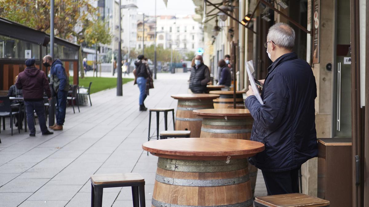 Un hombre en la terraza de un bar en Pamplona.