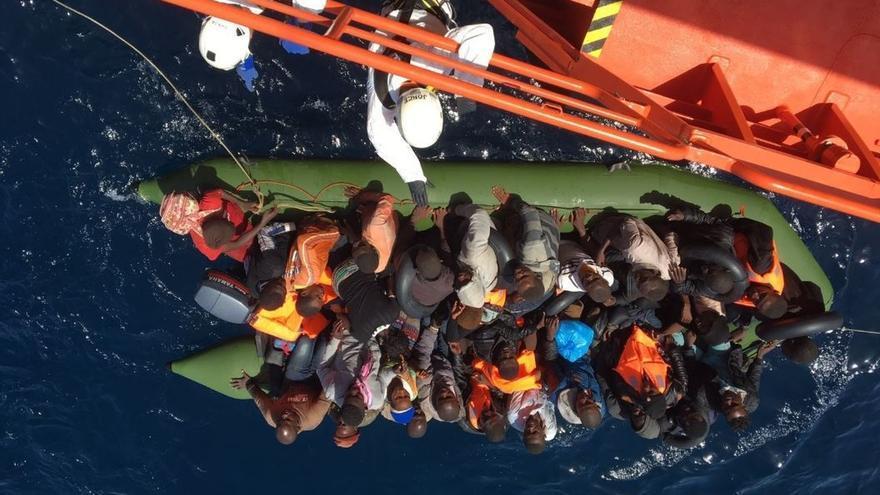 Rescatadas 61 personas de dos pateras en el mar de Alborán