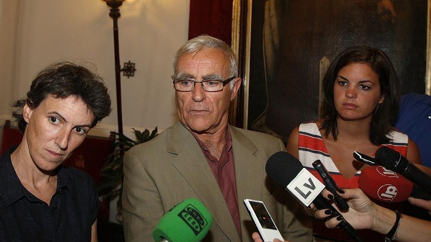 Joan Ribó (Compromís), entre las concejalas María Oliver (València en Comú) y Sandra Gómez (PSPV)