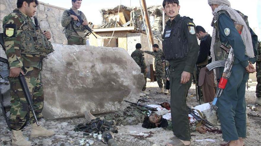 Mueren cinco suicidas y un soldado en un ataque talibán en el sur de Afganistán