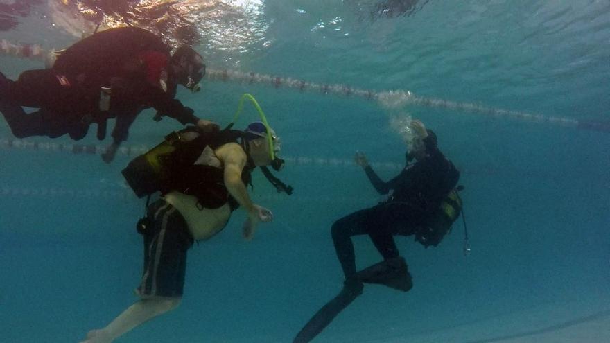 Juan Carlos buceando junto a dos instructores. / Oceánides
