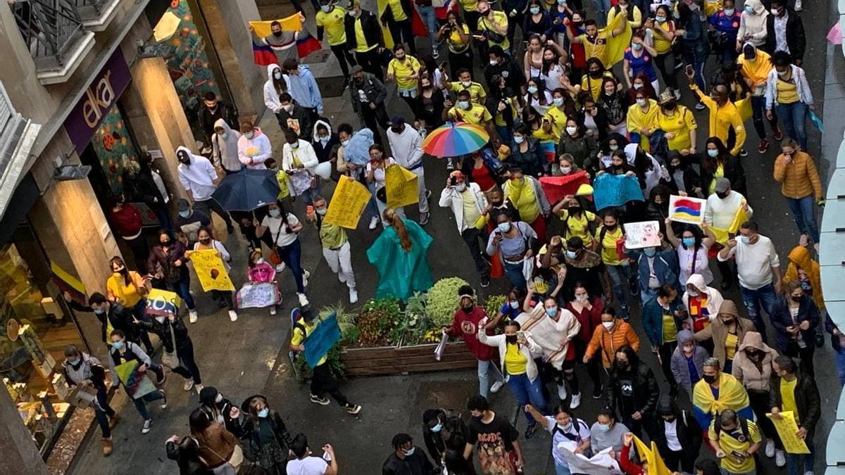 Miles de colombianos se echan a la calle en Vitoria