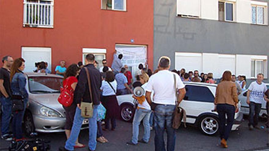 Manifestantes en la sede de La Despensa. (BELÉN MOLINA)