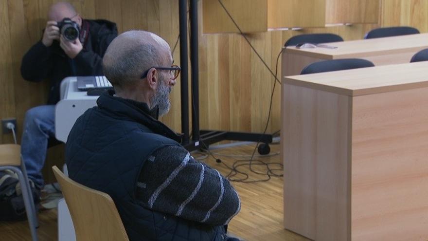 El antiguo fraile de O Cebreiro, captado por cámaras de la TVG durante el juicio