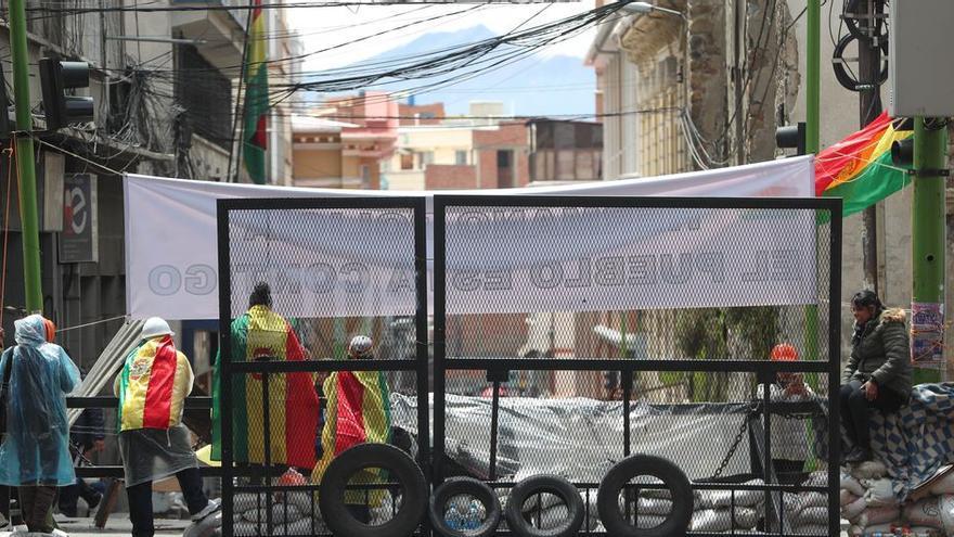 Jóvenes bolivianos resguardan ingreso a calles de la Plaza Murillo, en el centro político de La Paz
