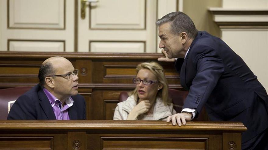 El presidente del Gobierno de Canarias, Paulino Rivero, conversa con los diputados del grupo nacionalista canario, Esther Nuria Herrera y José Miguel Barragán. EFE/Ramón de la Rocha