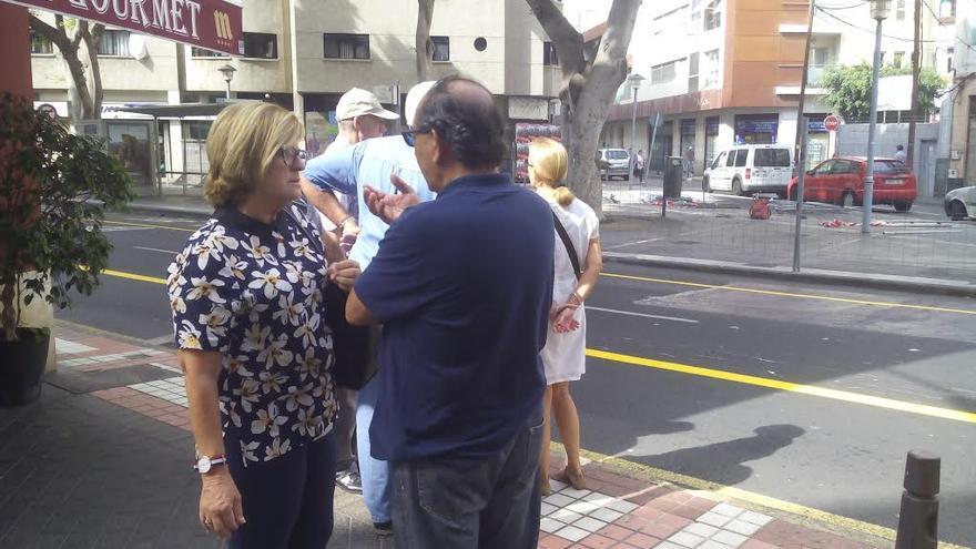 La concejal del PSOE en el Ayuntamiento de Las Palmas de Gran Canaria, Inmaculada Medina, durante la visita a la plazoleta de Los Betancores en Guanarteme.