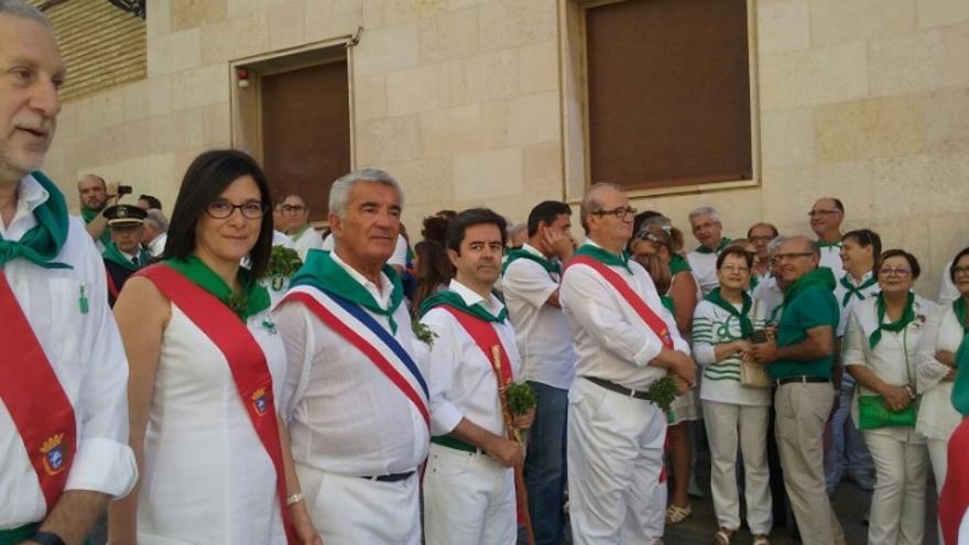 El alcalde de Huesca, segundo por la derecha, aún con la banda consistorial.