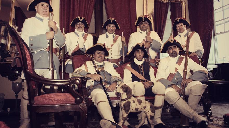 Miembros de la asociación 'Los Doce de su Majestad'. Foto: PALMEROS EN EL MUNDO.
