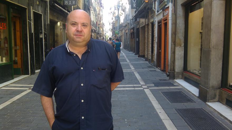 Nacho Calvo, secretario general de la Asociación de Empresarios de la Hostelería de Navarra en la calle San Nicolás.