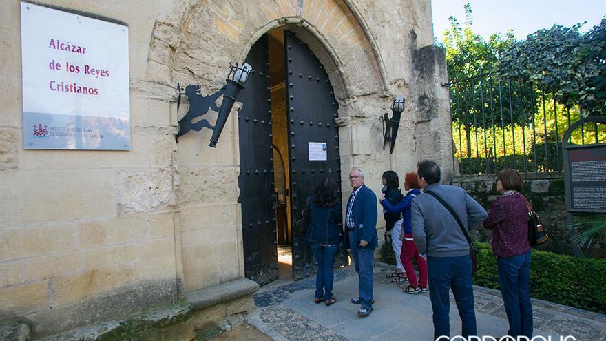 Turistas tratando de entrar al Alcázar y comprobando que estaba cerrado | MADERO CUBERO