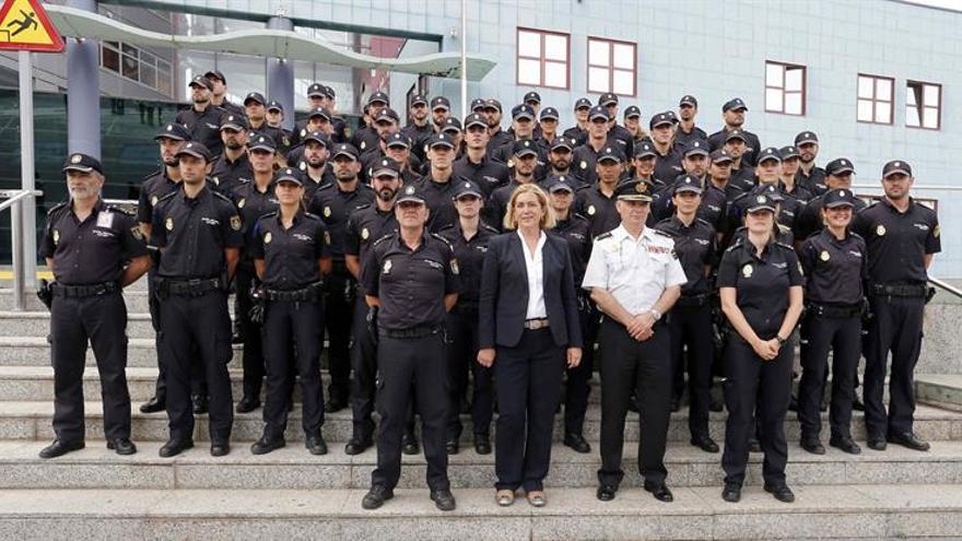 La delegada del Gobierno en Canarias, Mercedes Roldós, y el jefe superior de Policía, José María Moreno, posan durante la presentación de los policías alumnos de la Escala Básica.
