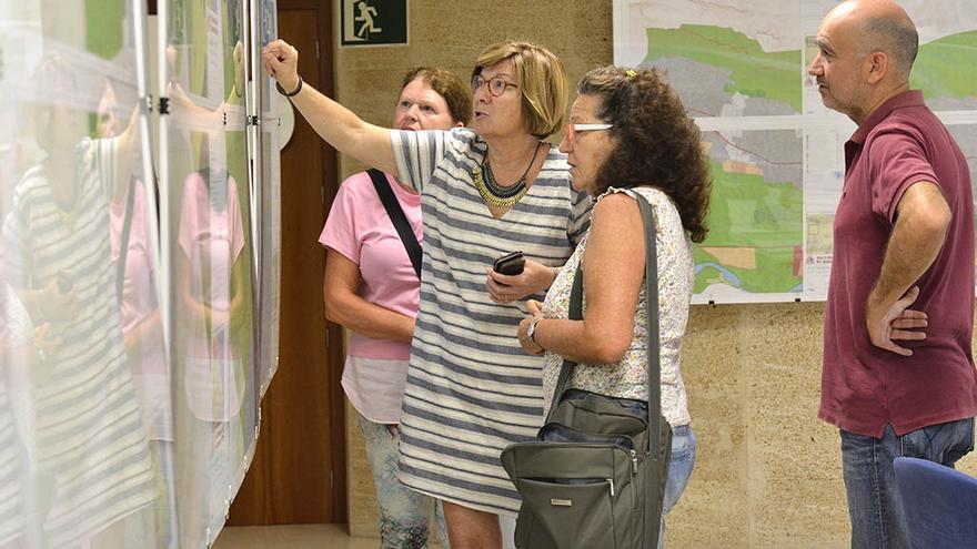 La concejala Isabel Bolufer muestra los paneles de la exposición del documento preliminar