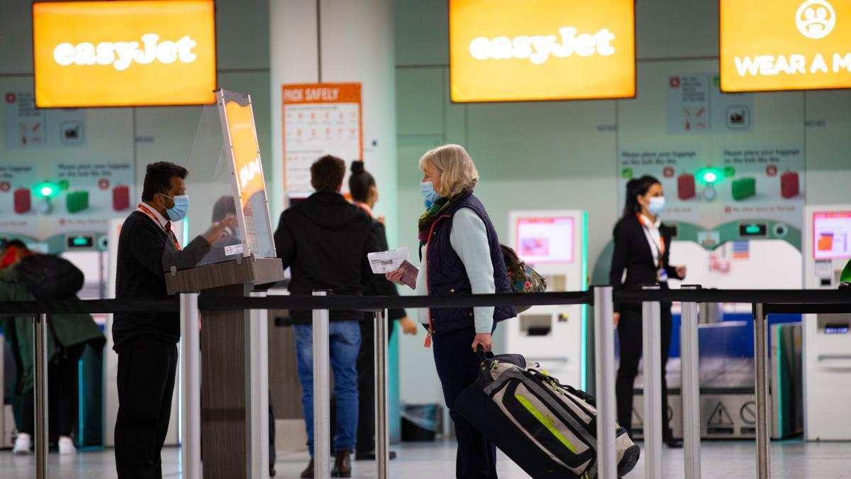 Pasajeros facturando en el aeropuerto de Gatwick, Reino Unido.