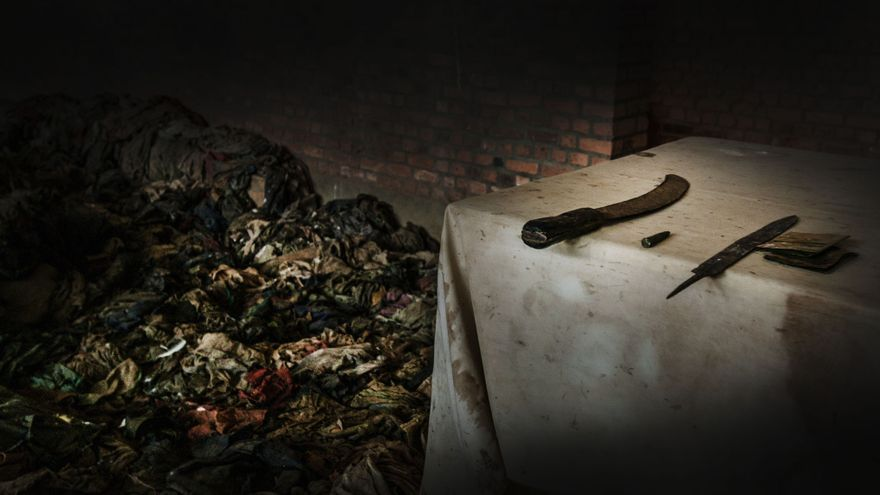 Se masacró a las personas que se escondían en el interior de la iglesia y cuando terminaron fueron a matar a todos los que se encontraban en los alrededores. Los restos fueron retirados desde el interior del templo y se colocaron en dos fosas comunes ubicadas detrás del tempo. La ropa de las víctimas y el olor del recuerdo aún permanecen en Nyamata. Fotografía: Juan Carlos Tomasi /MSF