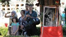 Familiares en Pico Reja, una de las fosas comunes de Sevilla. |