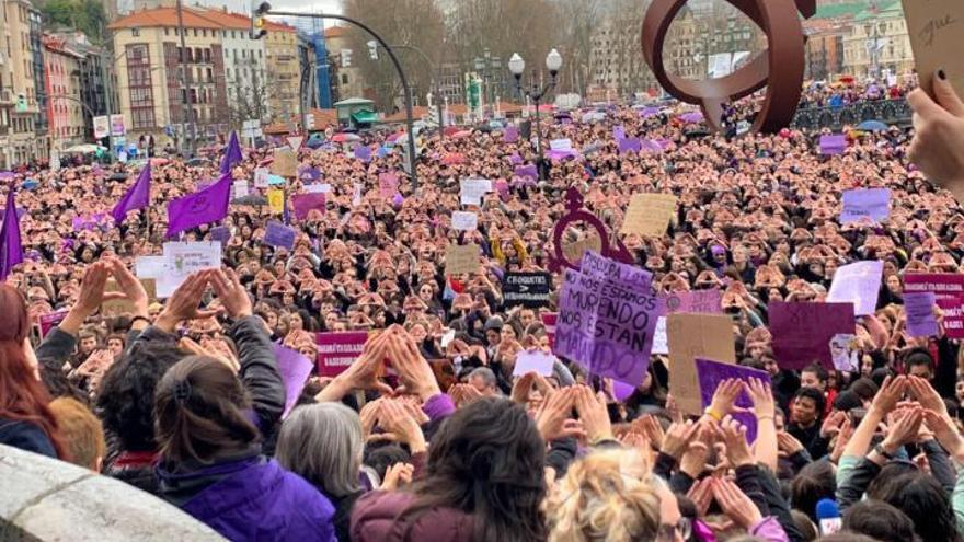 Concentración feminista en la plaza del Ayuntamiento de Bilbao el 8M de 2019.