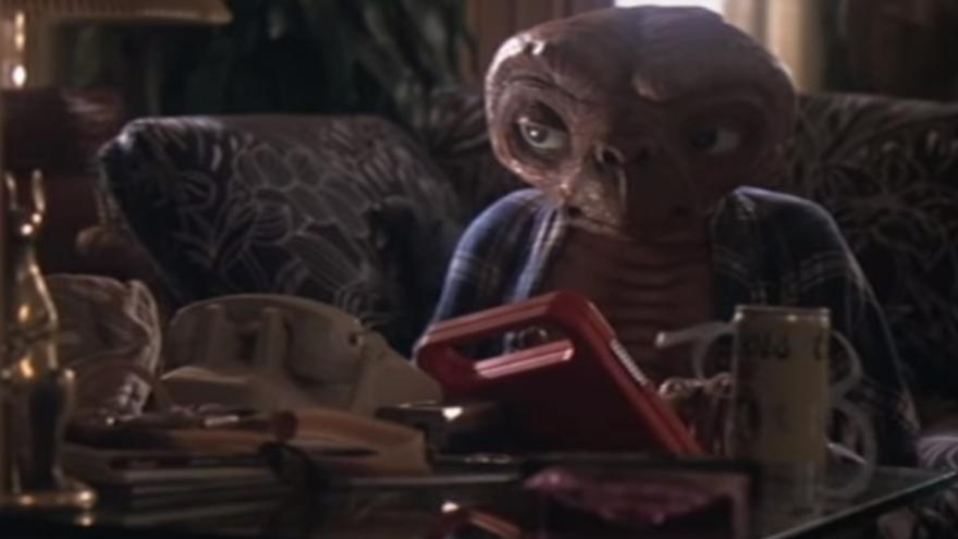 E.T. juega con el Speak & Spell, el juguete que incluía el primer chip específico para síntesis de voz