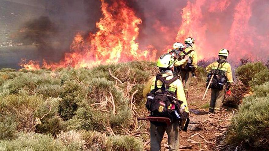 Trabajadores de las BRIF en plena extinción de un incendio