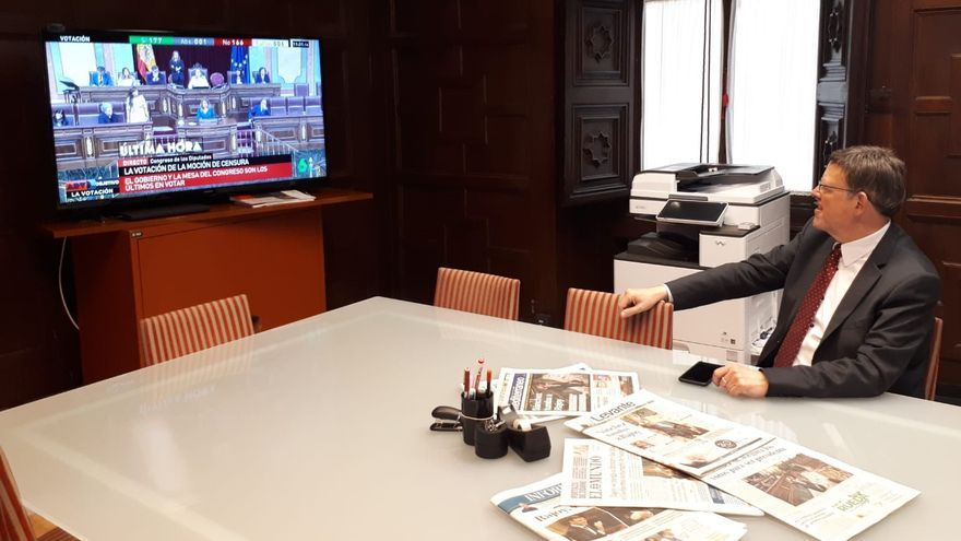 El president de la Generalitat, Ximo Puig, sigue la votación de la moción de censura por televisión