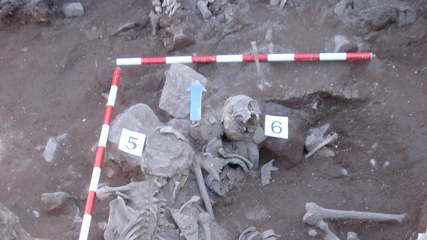 Restos humanos encontrados en la fosa de Alcaraz.