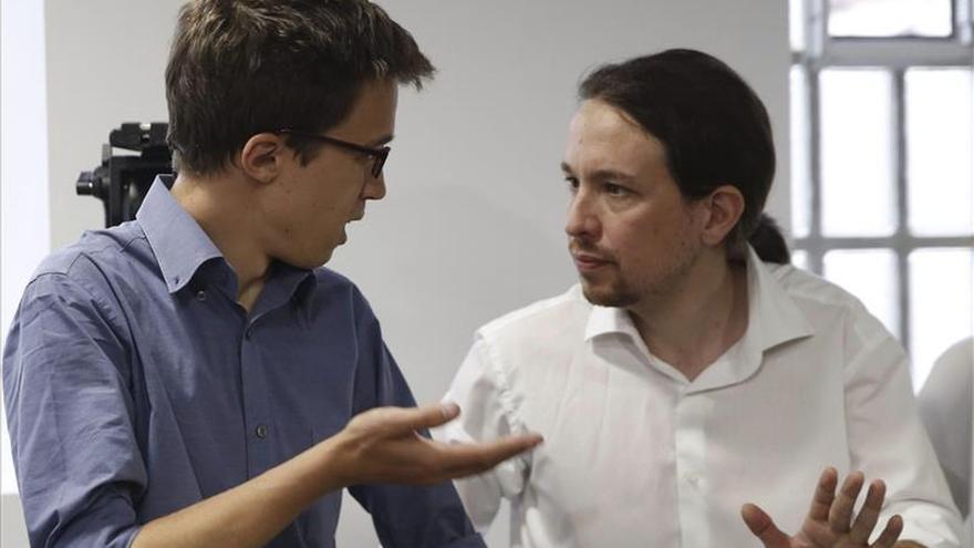 El secretario general de Podemos, Pablo Iglesias (d), y el responsable de la Secretaría Política, Íñigo Errejón. / Efe