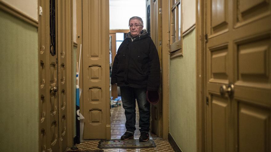 Teresa Sarmiento, una de las vecinas de Argumosa, 11 que ha recibido una carta de desalojo, en la puerta de su casa. / Olmo Calvo