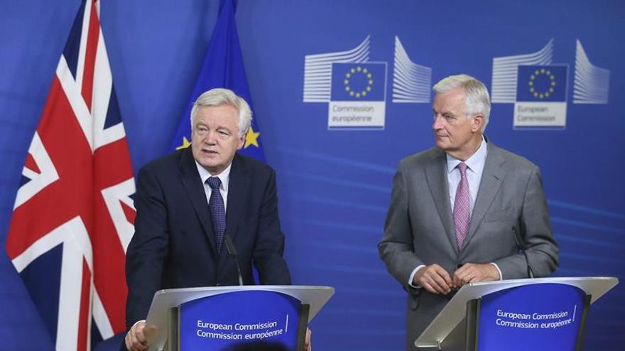 """Barnier y Davis afirman que ahora toca negociar la """"esencia"""" del """"brexit"""""""