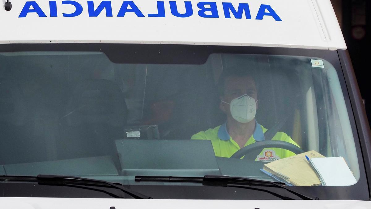 Un conductor de ambulancia en los alrededores del Hospital Clínico de Valladolid. EFE/ R. García/Archivo