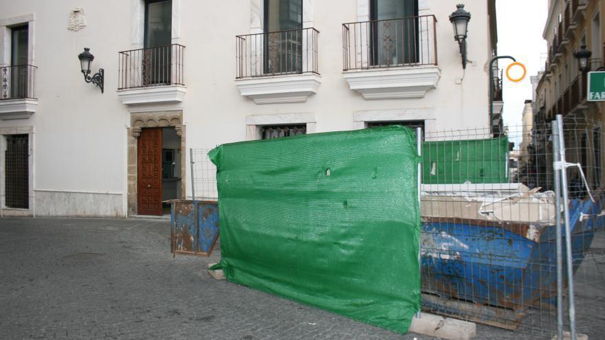 Contenedor de obras junto a la sede del Arzobispado de Mérida-Badajoz
