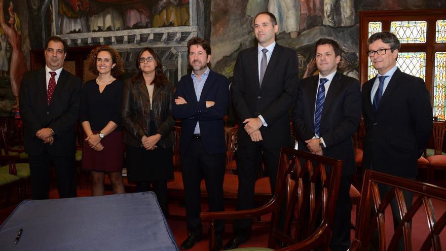 El Cabildo suscribió hoy el documento de refinanciación de la deuda con varias entidades financieras.