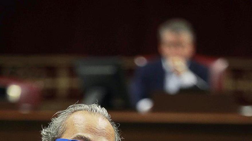 El consejero de Sanidad del Gobierno de Canarias, Jesús Morera, durante una de sus intervenciones en el pleno del Parlamento regional. EFE/Cristóbal García