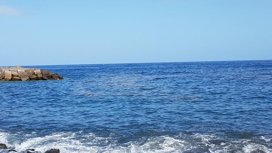 Una de las manchas de microalgas, en este miércoles, en la cala de callaos situada en la parte sur de la playa. Foto: LUZ RODRÍGUEZ.