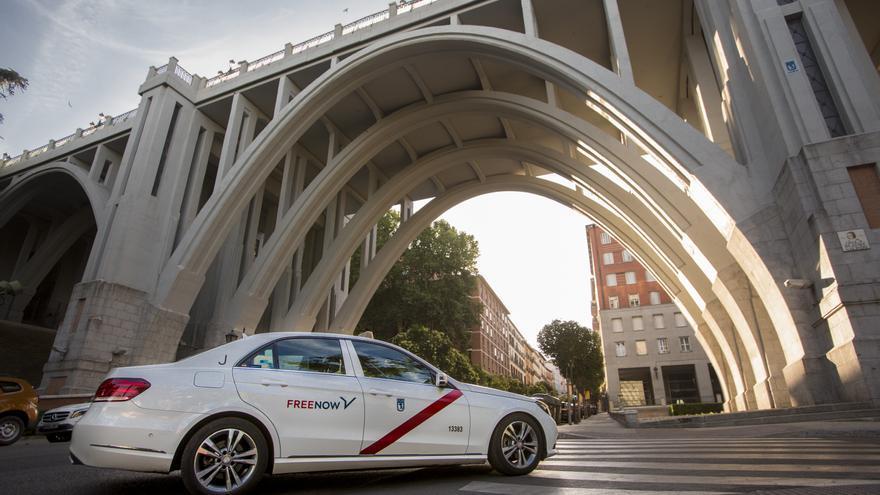 Un taxi que colabora con Free Now por las calles de Madrid