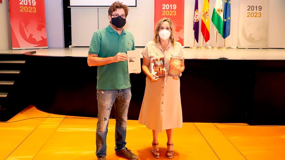 El autor Fran Camacho y la delegada de Cultura Salud Navajas.