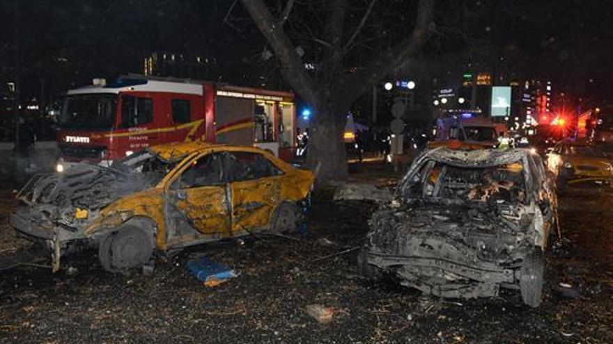 Imagen del lugar de los hechos donde se produjo este domingo la explosión en Ankara (Turquía)
