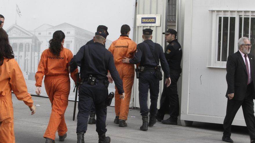La Policía atribuye a los ocho detenidos de Greenpeace un delito contra las altas instituciones del Estado