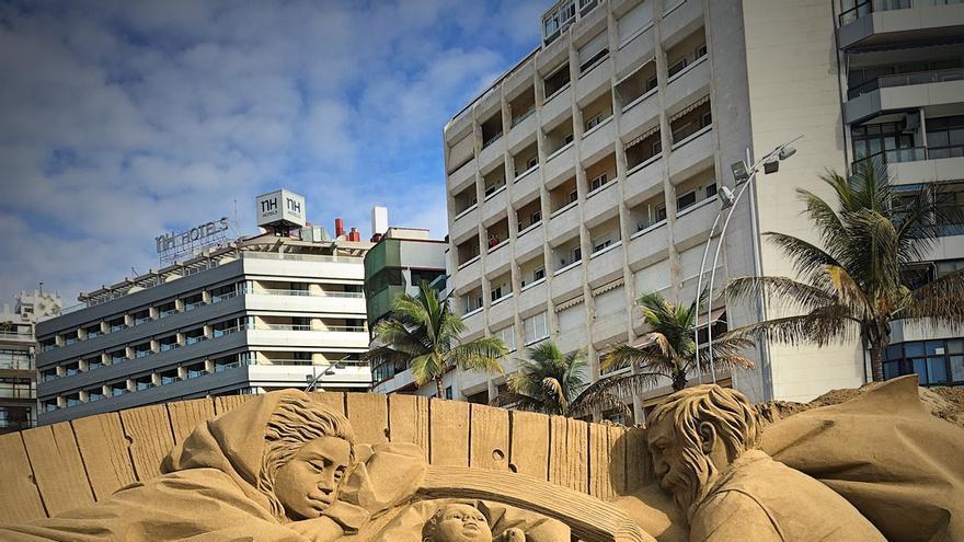 El Belén de Arena de Las Canteras inaugura la Navidad al sol de Las Palmas de Gran Canaria