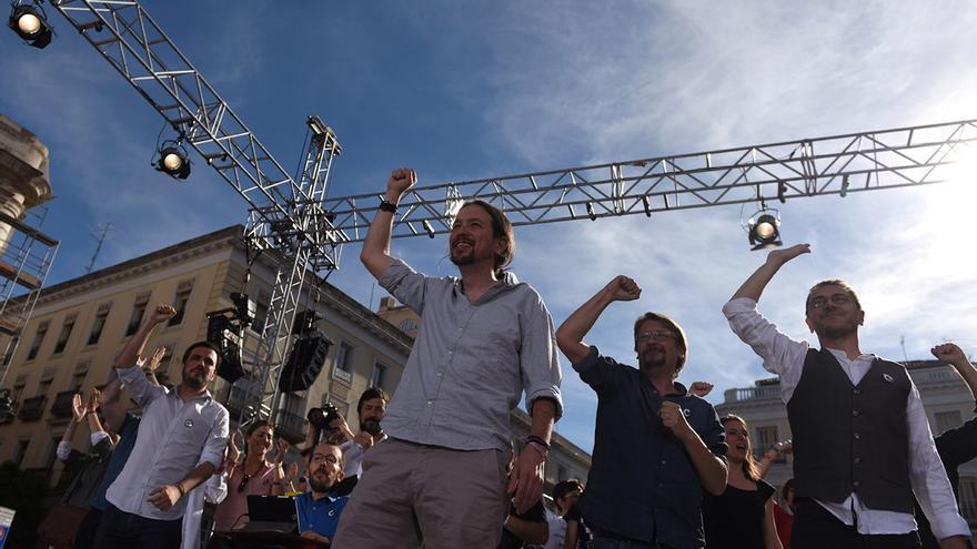 Los líderes de Unidos Podemos y las confluencias, en la concentración por la moción de censura.
